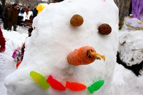 carrot-nose-potato-eyes-fish-mouth-snowman-by-Daniel-Paquet.jpg