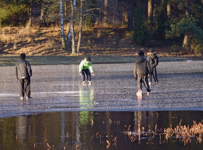kids-playing-on-thin-ice-by-Steffe.jpg