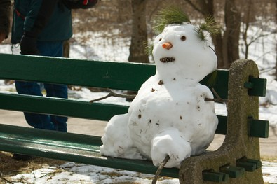 seated-snowman-wooden-leg-by-siderean.jpg